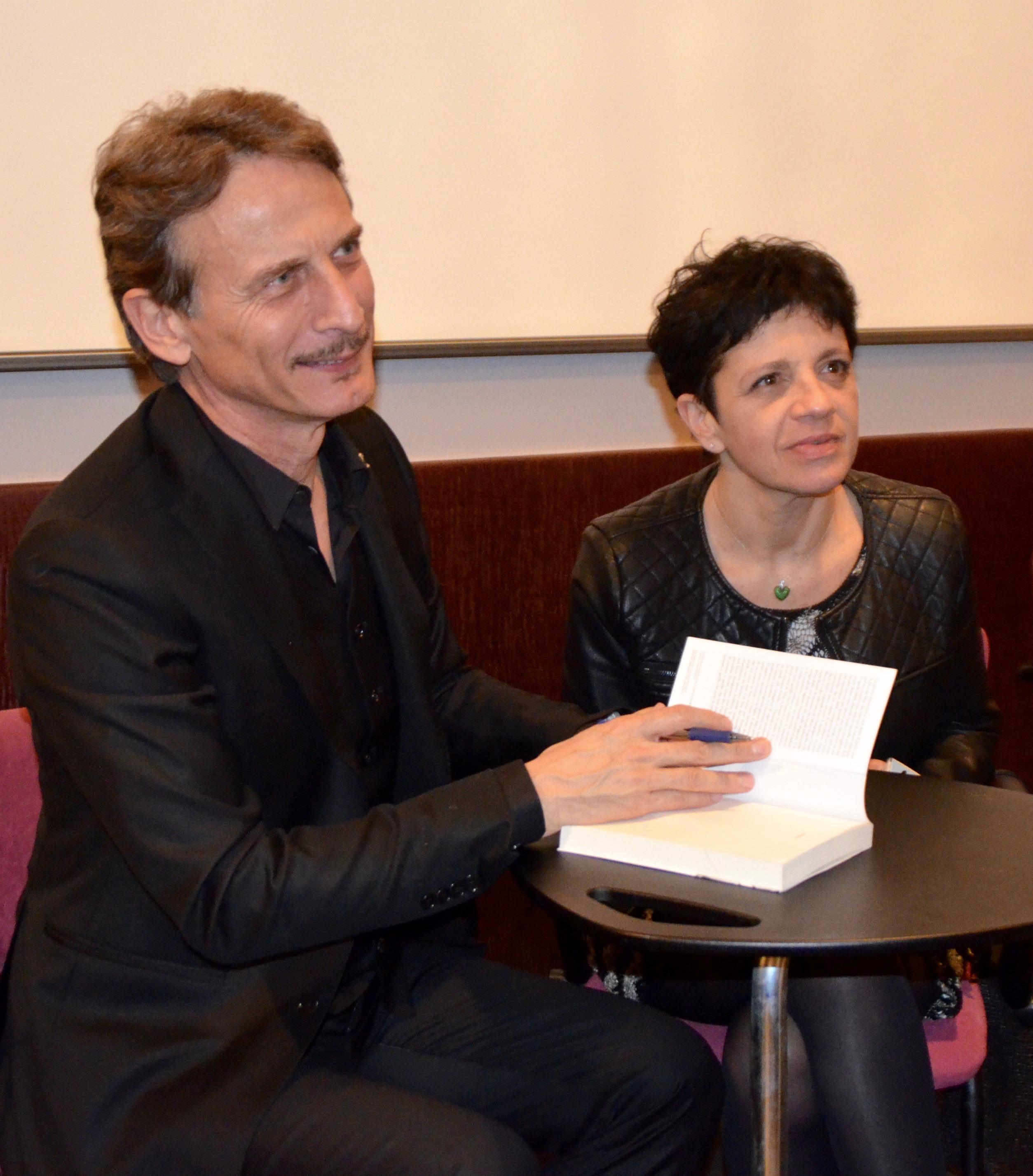 Il momento delle firme dopo la presentazione del libro.